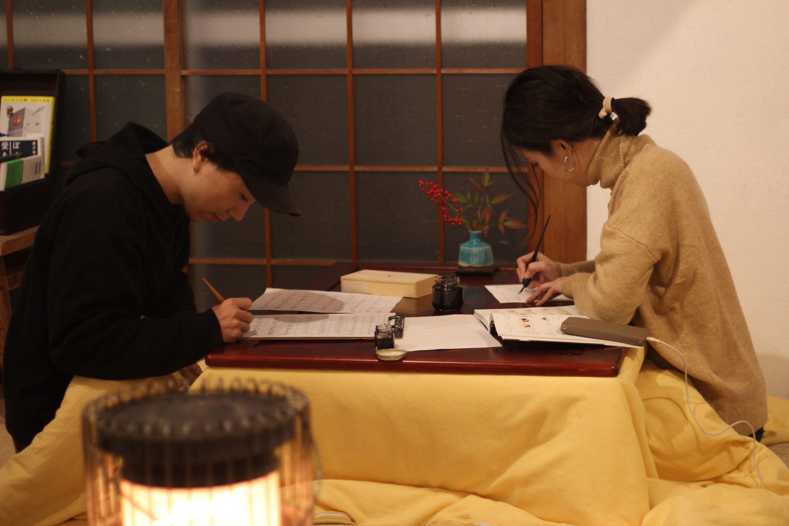 文字を書く音が心地よく部屋に響きます